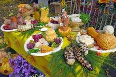 Decoración de la tabla con las verduras frescas y las frutas Foto de archivo libre de regalías