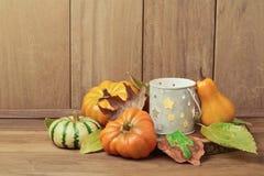 Decoración de la tabla de la acción de gracias con la vela y la calabaza Fotografía de archivo libre de regalías