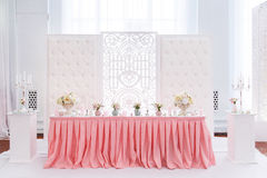 Decoración de la tabla de la boda con la materia textil rosada blanda Fotos de archivo libres de regalías