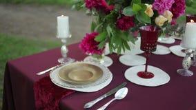 Decoración de la tabla de la boda en la naturaleza con las velas encendidas, primer almacen de metraje de vídeo