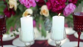 Decoración de la tabla de la boda en la naturaleza con las velas encendidas tiro del steadicam almacen de video