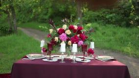 Decoración de la tabla de la boda en la naturaleza en un día soleado metrajes