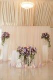 Decoración de la tabla de la boda en los colores de marfil y de la lila con las iniciales del prometido y del prometido como el e Fotografía de archivo libre de regalías