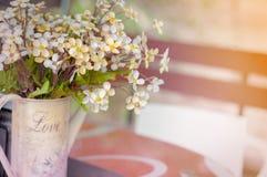 Decoración de la tabla de la boda, flores en florero Foto de archivo