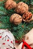 Decoración de la tabla del Año Nuevo de la American National Standard de la Navidad con las nueces Imagen de archivo