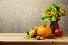 Decoración de la tabla del Día de Acción de Gracias con los girasoles y la calabaza Imágenes de archivo libres de regalías