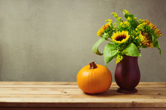 Decoración de la tabla del Día de Acción de Gracias con los girasoles y la calabaza en el tablero de madera Fotos de archivo