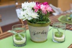 Decoración de la tabla del jardín del verano Foto de archivo libre de regalías