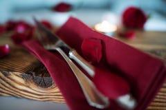 Decoración de la tabla en el rojo para el día de tarjetas del día de San Valentín Imagen de archivo libre de regalías