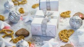 Decoración de la tabla de la Navidad con los regalos de plata, las chucherías y las galletas hechas en casa metrajes