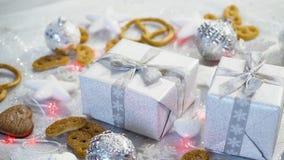 Decoración de la tabla de la Navidad con los regalos de plata, las chucherías y las galletas hechas en casa almacen de video
