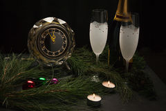 Decoración de la víspera del ` s del Año Nuevo con el reloj Imagen de archivo libre de regalías