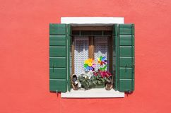 Decoración de la ventana en una pequeña isla de Burano en Venecia en un sma Fotos de archivo
