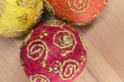 decoración de las bolas del árbol de navidad imagenes de archivo