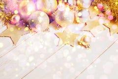 Decoración de las bolas del oro de la Navidad y del Año Nuevo Imagenes de archivo