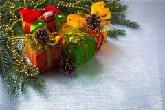 Decoración de las cajas de regalo de la Navidad fotos de archivo libres de regalías