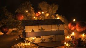 Decoración de las cajas de regalo de la Navidad con las luces del árbol y del bokeh metrajes