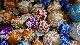 Decoración de las chucherías de la Navidad en fondo brillante ponga en tienda Concepto del día de fiesta wide imagen de archivo