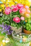 Decoración de las flores del resorte y de los huevos de Pascua Estilo retro entonado Imagenes de archivo