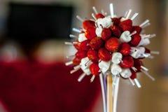 Decoración de las fresas y del melcocha rojo y blanca de la tabla fotos de archivo