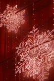 Decoración de las luces de la Navidad en una fachada del edificio en tono rojo Foto de archivo libre de regalías