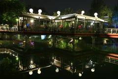 Decoración de las luces una reflexión del pabellón en un parque local imágenes de archivo libres de regalías