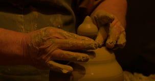 Decoración de las manos del alfarero almacen de video
