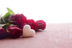 Decoración de las rosas rojas del día de madres Fotografía de archivo libre de regalías