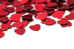 Decoración de las tarjetas del día de San Valentín de los corazones rojos del confeti contra Fotografía de archivo