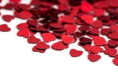 Decoración de las tarjetas del día de San Valentín de los corazones rojos del confeti contra Foto de archivo