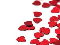 Decoración de las tarjetas del día de San Valentín de los corazones rojos del confeti contra Imagen de archivo libre de regalías