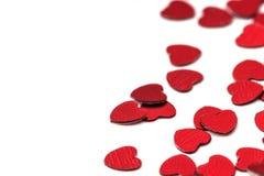 Decoración de las tarjetas del día de San Valentín de los corazones rojos del confeti contra Imagenes de archivo