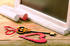 Decoración de las tarjetas del día de San Valentín del santo: corazón y llave, tablero negro y tiza Foto de archivo