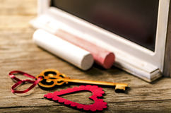 Decoración de las tarjetas del día de San Valentín del santo: corazón y llave, tablero negro y tiza Imagenes de archivo