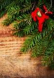 Decoración de las vacaciones de invierno de la Navidad en el fondo de madera con el co Fotos de archivo libres de regalías