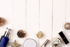 Decoración de las vacaciones de invierno con el regalo de los cosméticos de las mujeres Nueva y feliz imagen de archivo libre de regalías