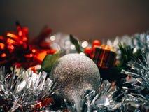 Decoración de los accesorios y de la Navidad con el fondo unfocused para escribir el texto imágenes de archivo libres de regalías
