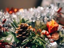 Decoración de los accesorios y de la Navidad con el fondo unfocused para escribir el texto foto de archivo