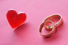 Decoración de los anillos de bodas fotos de archivo