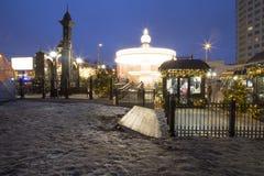 Decoración de los días de fiesta del Año Nuevo del carrusel y de la Navidad en Moscú en la noche, Rusia Imagenes de archivo