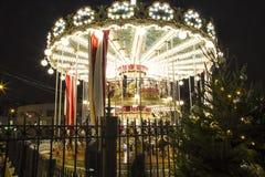 Decoración de los días de fiesta del Año Nuevo del carrusel y de la Navidad en Moscú en la noche, Rusia Fotografía de archivo libre de regalías
