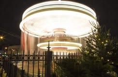Decoración de los días de fiesta del Año Nuevo del carrusel y de la Navidad en Moscú en la noche, Rusia Fotos de archivo
