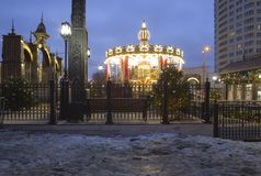 Decoración de los días de fiesta del Año Nuevo del carrusel y de la Navidad en Moscú en la noche, Rusia Fotografía de archivo