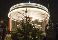 Decoración de los días de fiesta del Año Nuevo del carrusel y de la Navidad en Moscú en la noche, Rusia Imágenes de archivo libres de regalías