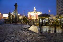 Decoración de los días de fiesta del Año Nuevo del carrusel y de la Navidad en Moscú en la noche, Rusia Foto de archivo