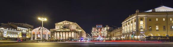 Decoración de los días de fiesta del Año Nuevo de la Navidad cerca del teatro en la noche, Moscú, Rusia de Bolshoi Imágenes de archivo libres de regalías