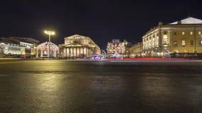 Decoración de los días de fiesta del Año Nuevo de la Navidad cerca del teatro en la noche, Moscú, Rusia de Bolshoi Fotos de archivo