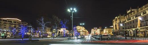 Decoración de los días de fiesta del Año Nuevo de la Navidad cerca del teatro en la noche, Moscú, Rusia de Bolshoi Imagenes de archivo