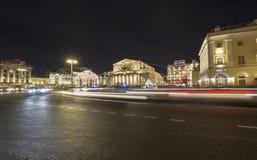 Decoración de los días de fiesta del Año Nuevo de la Navidad cerca del teatro en la noche, Moscú, Rusia de Bolshoi Foto de archivo libre de regalías