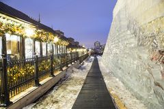 Decoración de los días de fiesta del Año Nuevo de la Navidad en Moscú en la noche, Rusia Fotografía de archivo libre de regalías